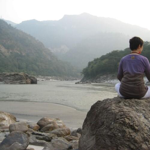 ガンジス河にてヨガ瞑想